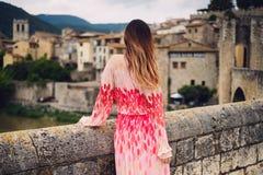Härlig ung kvinna i Besalu, Spanien Royaltyfri Bild