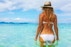 Härlig ung kvinna i bikini på den soliga tropiska stranden Royaltyfria Bilder