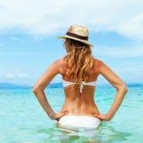 Härlig ung kvinna i bikini på den verkliga soliga tropiska stranden Fotografering för Bildbyråer