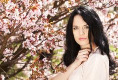 Härlig ung kvinna i blomningträdgård Fotografering för Bildbyråer
