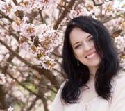 Härlig ung kvinna i blomningträdgård Royaltyfri Bild