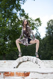 Härlig ung kvinna i brun klänning fotografering för bildbyråer