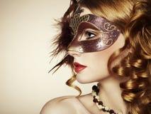 Härlig ung kvinna i brun venetian maskering Arkivfoton