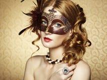 Härlig ung kvinna i brun venetian maskering Arkivfoto