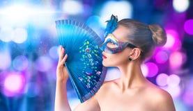 Härlig ung kvinna i den venetian karnevalmaskeringen Arkivbilder
