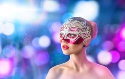 Härlig ung kvinna i den venetian karnevalmaskeringen Arkivbild