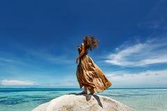 Härlig ung kvinna i elegant klänning på stranden arkivbilder