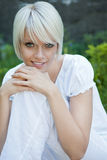 Härlig ung kvinna i en ny vit dräkt arkivfoto