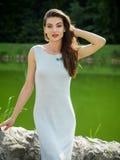 Härlig ung kvinna i en sommarklänning royaltyfri fotografi