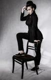 härlig ung kvinna i en svart hatt Royaltyfri Foto