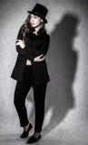 härlig ung kvinna i en svart hatt Arkivbilder