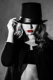 härlig ung kvinna i en svart hatt Arkivfoto