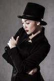 härlig ung kvinna i en svart hatt Arkivfoton