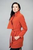 Härlig ung kvinna i ett ljust orange lag Royaltyfri Foto