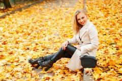 Härlig ung kvinna i ett moderiktigt klassiskt lag i stilfulla skor royaltyfri fotografi