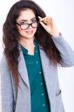Härlig ung kvinna i exponeringsglas Royaltyfri Bild
