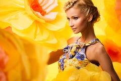Härlig ung kvinna i färgglad klänning Royaltyfria Foton