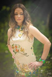Härlig ung kvinna i grön skog Royaltyfri Foto