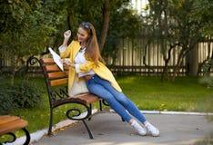 Härlig ung kvinna i gult lag arkivbilder