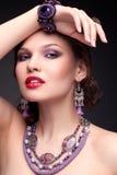 Härlig ung kvinna i halsband arkivbild