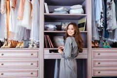 Härlig ung kvinna i hennes garderob arkivfoto