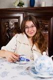 Härlig ung kvinna i kök Royaltyfri Foto