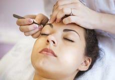 Härlig ung kvinna i kosmetisk salong Arkivbild