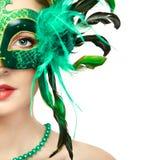 Härlig ung kvinna i mystisk grön Venetian maskering royaltyfri bild