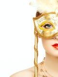 Härlig ung kvinna i mystisk guld- Venetian maskering Arkivfoto