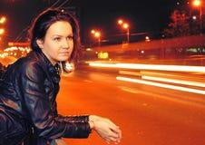 Härlig ung kvinna i nattstad Arkivbilder