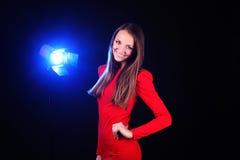 Härlig ung kvinna i röd klänning Royaltyfri Foto