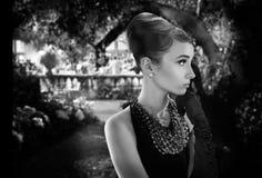 Härlig ung kvinna i retro stil i gammal stad fotografering för bildbyråer