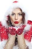 Härlig ung kvinna i Santa Claus kläder fotografering för bildbyråer