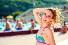 Härlig ung kvinna i simbassängen Arkivbild