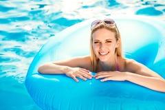 Härlig ung kvinna i simbassängen Arkivfoton