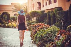 Härlig ung kvinna i sommarträdgård royaltyfri foto
