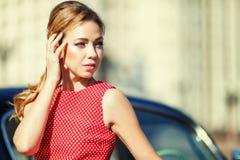 Härlig ung kvinna i tappningklänning med den retro automatiskn royaltyfri fotografi