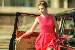 Härlig ung kvinna i tappningklänning med den retro automatiskn royaltyfri foto