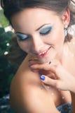 Härlig ung kvinna i ursnygg blå lång klänning som Cinderella med perfekt smink- och hårstil Royaltyfria Foton
