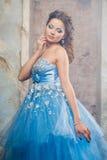 Härlig ung kvinna i ursnygg blå lång klänning som Cinderella med perfekt smink- och hårstil Arkivfoton