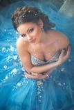 Härlig ung kvinna i ursnygg blå lång klänning som Cinderella med perfekt smink- och hårstil Royaltyfri Foto