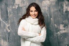 Härlig ung kvinna i varm tröja arkivfoto
