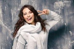 Härlig ung kvinna i varm tröja arkivbild