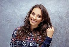 Härlig ung kvinna i varm tröja royaltyfri fotografi