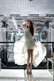 Härlig ung kvinna i vitklänningen - nattklubb royaltyfria bilder