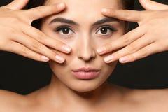 Härlig ung kvinna med ögonfransförlängningar arkivfoton