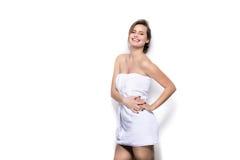 Härlig ung kvinna med badlakanet på kroppen arkivbilder