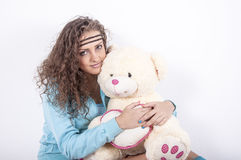 Härlig ung kvinna med björnen Royaltyfri Fotografi