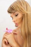 Härlig ung kvinna med blomman Arkivbild