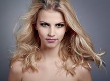 Härlig ung kvinna med blont hår Arkivfoton